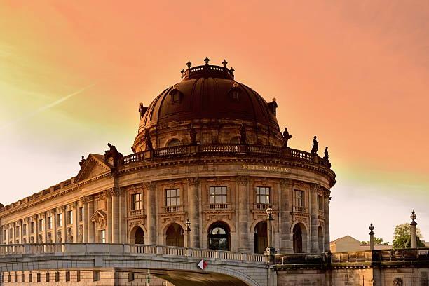 berlin bode museum der island sonnenuntergang - brücke museum berlin stock-fotos und bilder