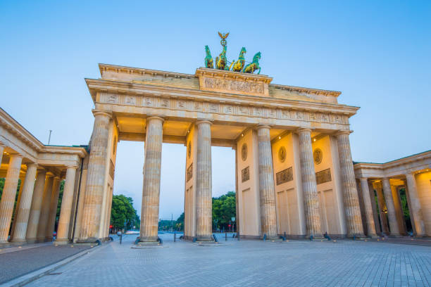 Berlin Brandenburg Gate in twilight, Germany Classic view of famous Brandenburger Tor (Brandenburg Gate), one of the best-known landmarks and national symbols of Germany, in twilight during blue hour at dawn, Berlin, Germany outcrop stock pictures, royalty-free photos & images