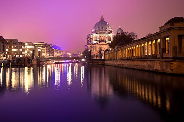 berlin bei nacht, der museumsinsel und dom - brücke museum berlin stock-fotos und bilder