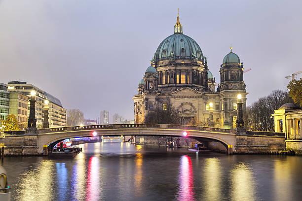 berliner dom und die brücke über die spree - brücke museum berlin stock-fotos und bilder