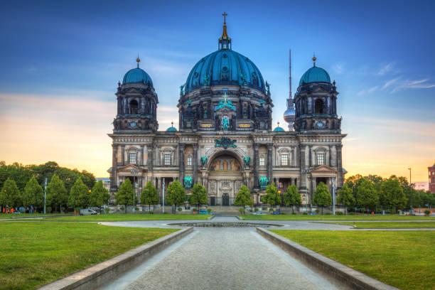 berlin katedrali (berliner dom) gündoğumu - kubbe stok fotoğraflar ve resimler