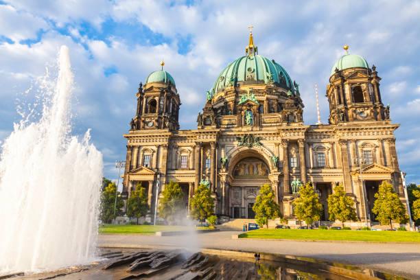berliner dom (berliner dom) in berlin, deutschland - berlin mitte stock-fotos und bilder