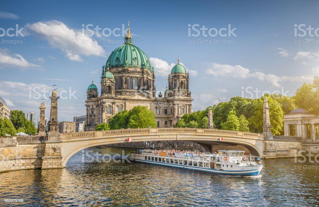 Berliner Dom mit Schiff auf der Spree entlang bei Sonnenuntergang, Berlin, Deutschland – Foto