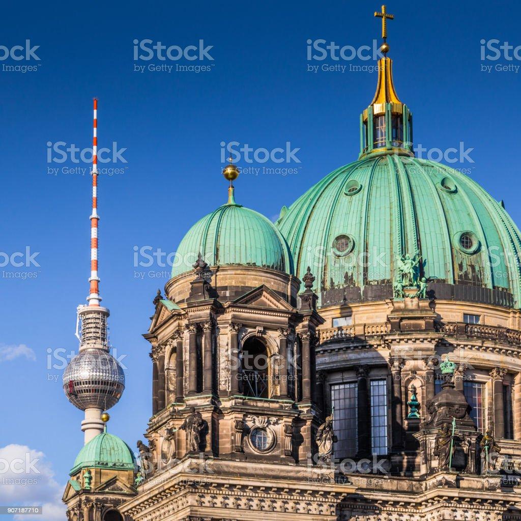 Berliner Dom Fernsehturm im Sommer, Berlin, Deutschland – Foto