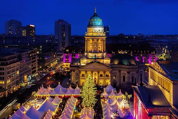 weihnachtsmarkt gendarmenmarkt berlin - weihnachtsmarkt am gendarmenmarkt stock-fotos und bilder
