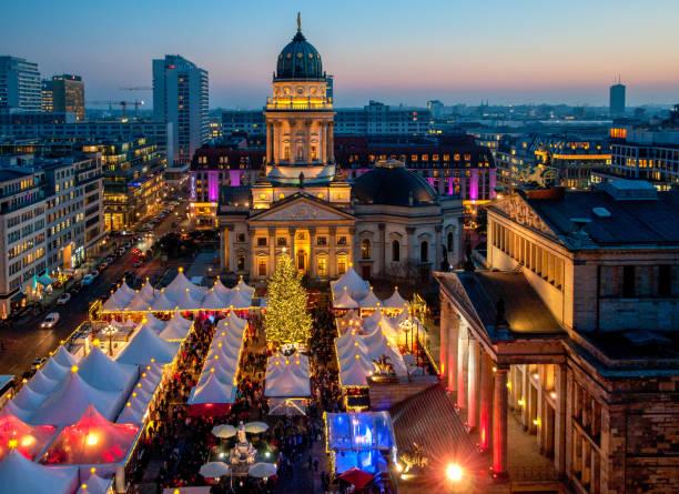 berliner weihnachtsmarkt - weihnachtsmarkt am gendarmenmarkt stock-fotos und bilder