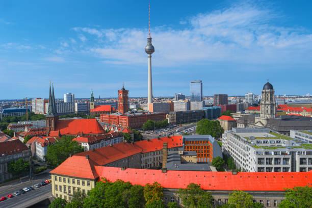 berlin stadt skyline, deutschland, europa. luftbild - nikolaiviertel stock-fotos und bilder