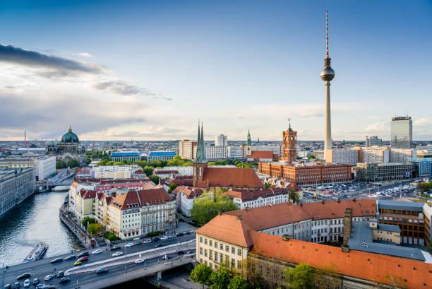 berlin city skyline mit dem iconic tv tower und der spree - berliner fernsehturm stock-fotos und bilder