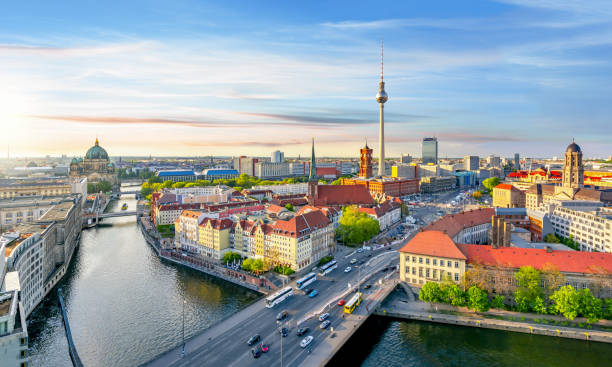 berliner stadtbild mit berliner dom und fernsehturm, deutschland - nikolaiviertel stock-fotos und bilder