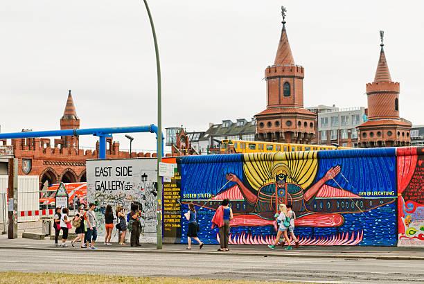 east side gallery/berliner - oberbaumbrücke stock-fotos und bilder