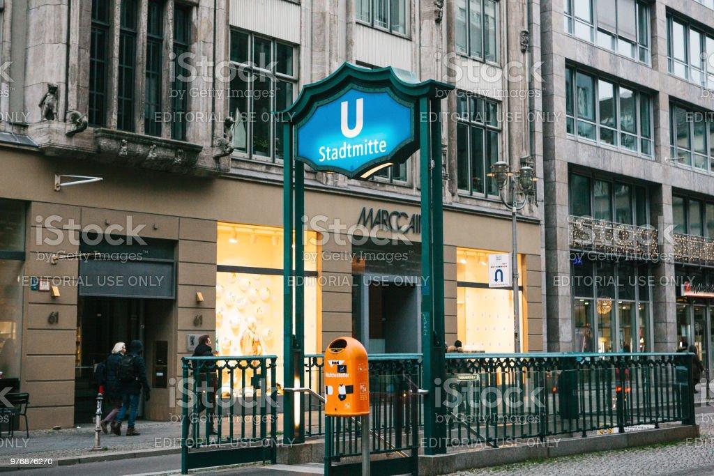 Berlin, Deutschland-15. Februar 2018: Zeichen der Eingang zur u-Bahn. U-Bahnstation - Lizenzfrei Abschied Stock-Foto