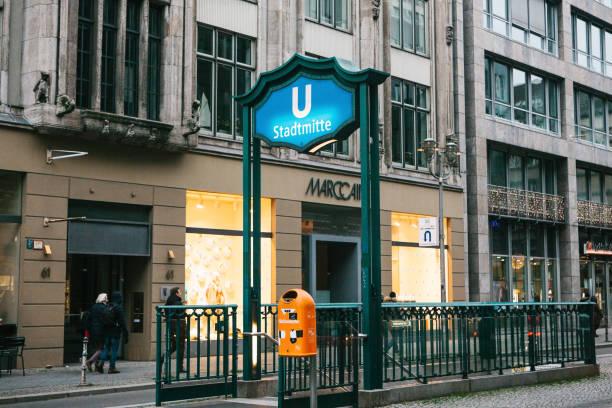 berlin, deutschland-15. februar 2018: zeichen der eingang zur u-bahn. u-bahnstation - u bahn stock-fotos und bilder