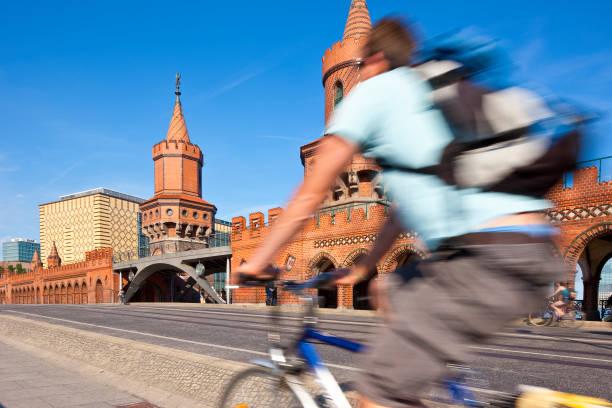 berlin, deutschland - oberbaumbrücke stock-fotos und bilder
