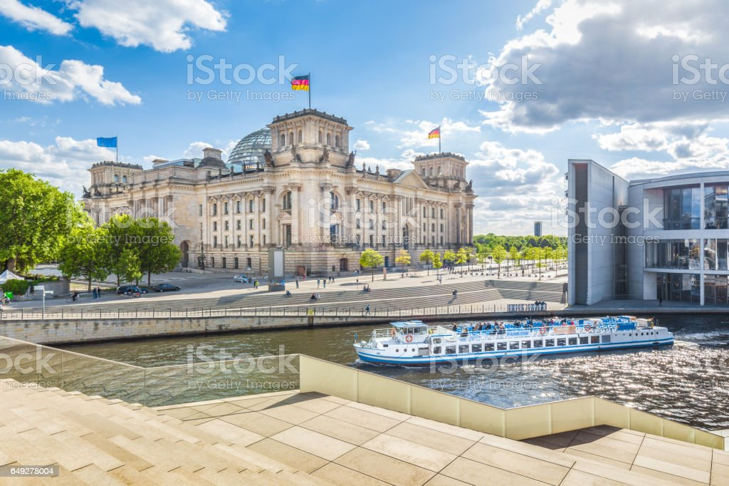 Berlin government district with Reichstag and ship on Spree river in summer, Berlin Mitte, Germany – Foto