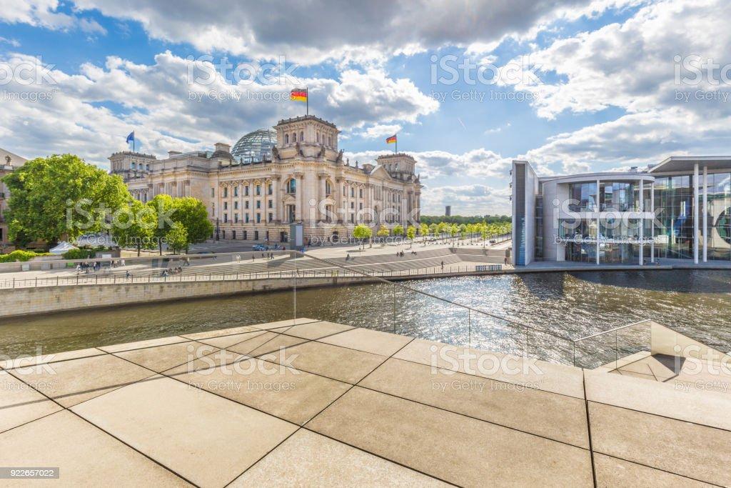 Berliner Regierungsviertel mit Reichstag und Spree Fluß im Sommer, Deutschland – Foto
