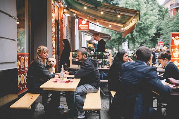 berlin kreuzber cafe - oost duitsland stockfoto's en -beelden