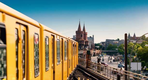 berlin kreuzberg oberbaumbrücke - oberbaumbrücke stock-fotos und bilder