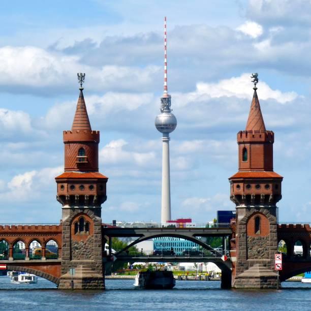berlin, oberbaumbrücke - oberbaumbrücke stock-fotos und bilder