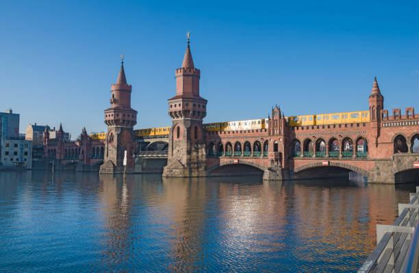 berlin, oberbaumbrücke mit zug - oberbaumbrücke stock-fotos und bilder