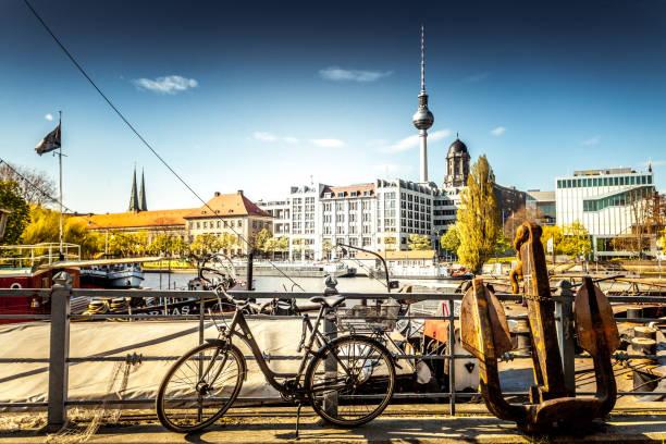 berlin auf dem fahrrad - berlin mitte stock-fotos und bilder