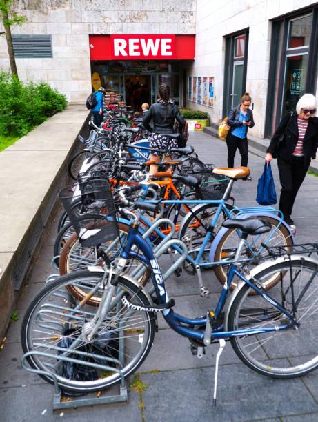 parkplatz berlin - rewe supermarket stock-fotos und bilder