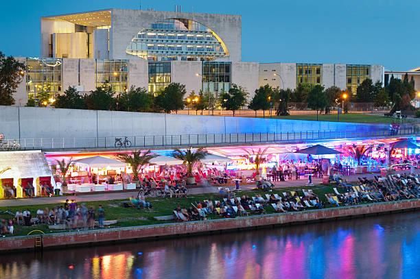 berlin party strand bar kanzleramt - berlin mitte stock-fotos und bilder