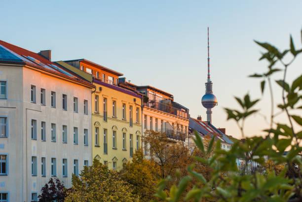 berlin prenzlauer berg - berliner fernsehturm stock-fotos und bilder