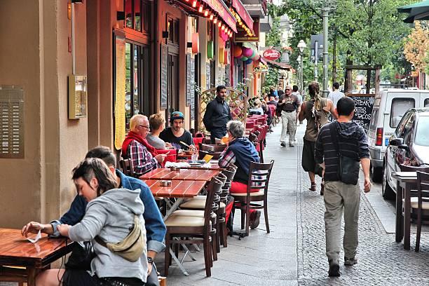 restaurants in berlin - kreuzberg stock-fotos und bilder