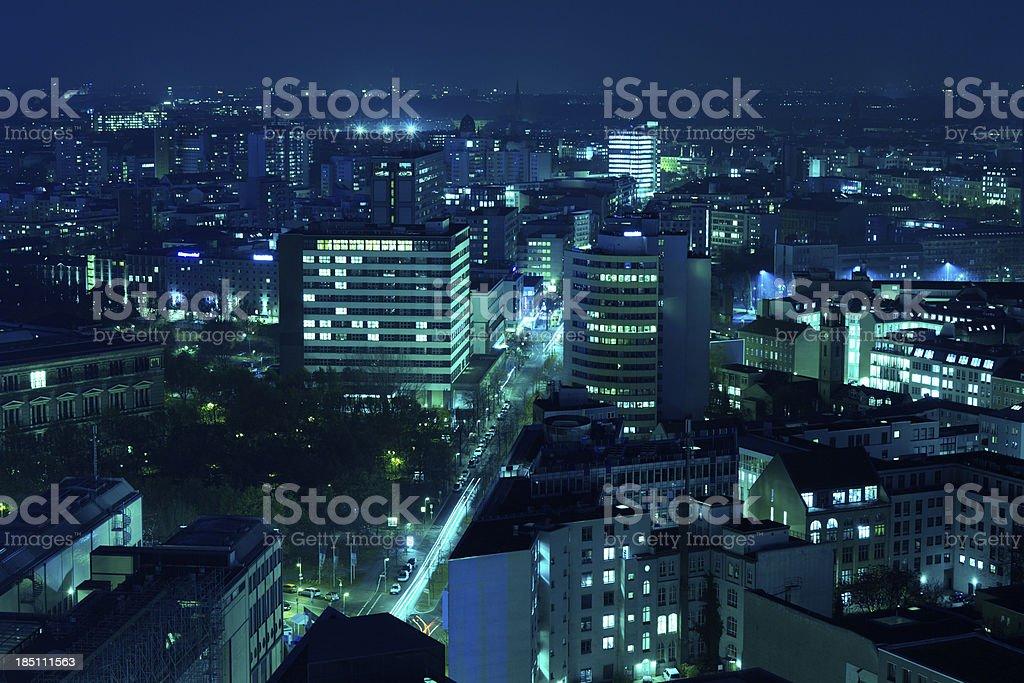 Berlin Skyline bei Nacht, Luftaufnahme – Foto