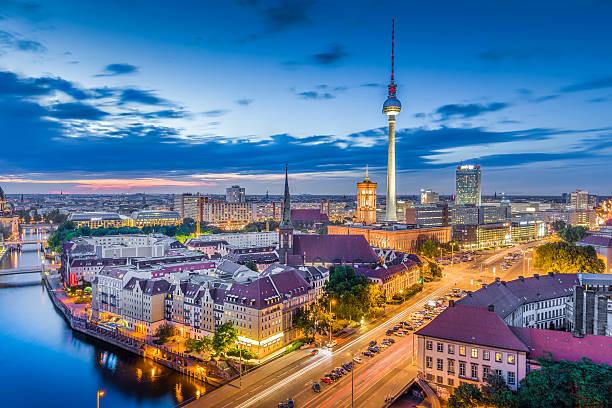 berlin skyline panorama in der abenddämmerung während der blauen stunde, deutschland - berliner fernsehturm stock-fotos und bilder