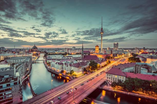 berlin skyline panorama in der abenddämmerung während der blauen stunde, deutschland - nikolaiviertel stock-fotos und bilder