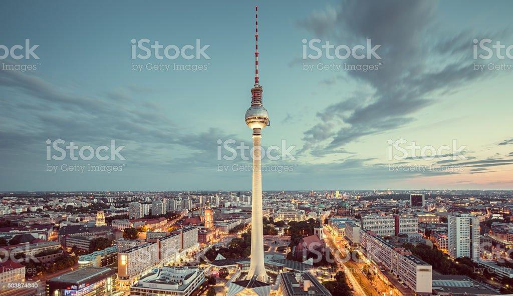 Berlin skyline panorama mit berühmter Fernsehturm am Alexanderplatz ein - Lizenzfrei Abenddämmerung Stock-Foto
