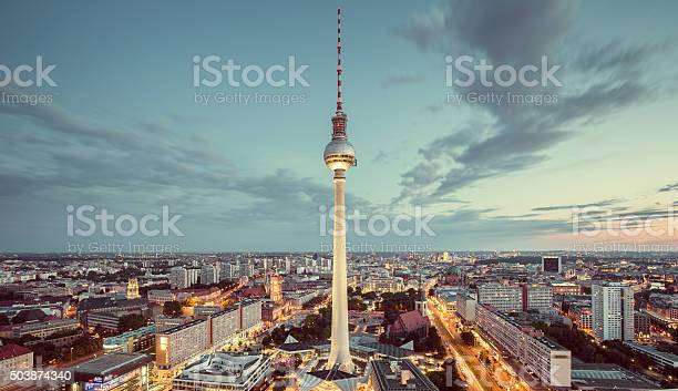 Berlin Skyline Panorama Mit Berühmter Fernsehturm Am Alexanderplatz Ein Stockfoto und mehr Bilder von Abenddämmerung