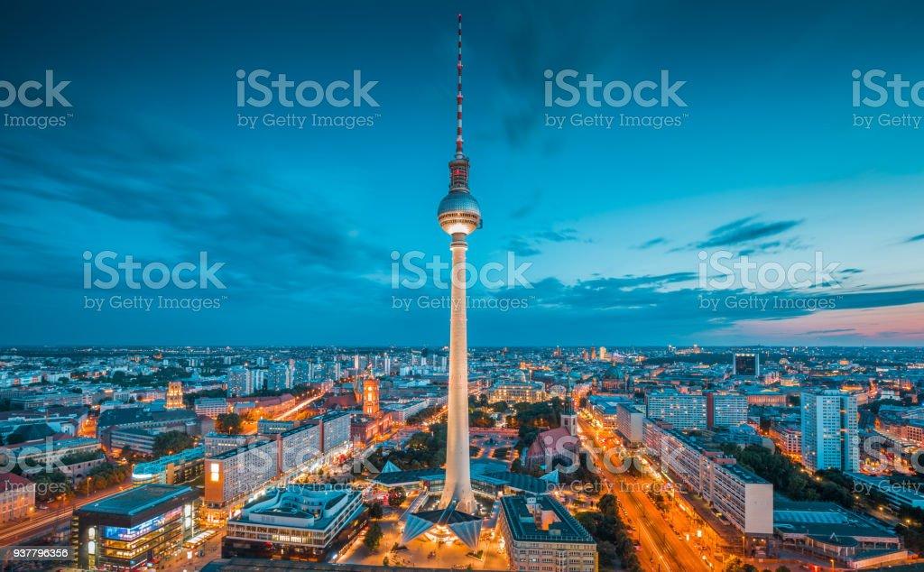 Berlin Skyline Panorama mit berühmten Fernsehturm am Alexanderplatz in der Nacht, Deutschland – Foto
