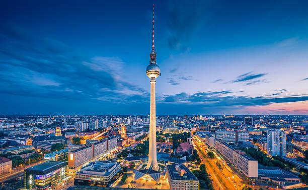 berlin skyline panorama mit tv tower bei nacht, deutschland - berliner fernsehturm stock-fotos und bilder
