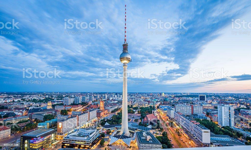 Berlin skyline panorama mit TV tower bei Nacht, Deutschland – Foto