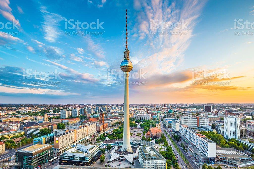 Berlin skyline panorama mit TV-Turm bei Sonnenuntergang, Deutschland – Foto