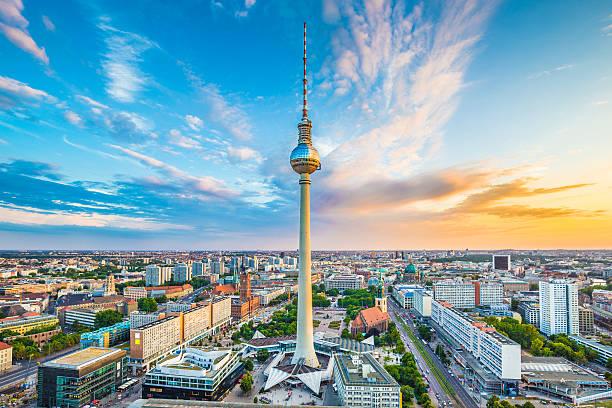 berlin skyline panorama mit tv-turm bei sonnenuntergang, deutschland - berliner fernsehturm stock-fotos und bilder