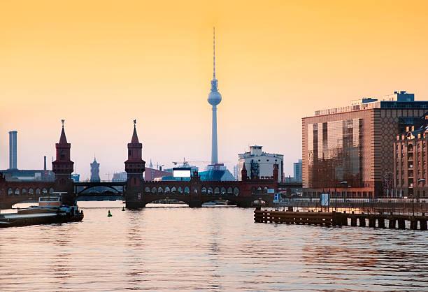 berlin skyline - oberbaumbrücke stock-fotos und bilder