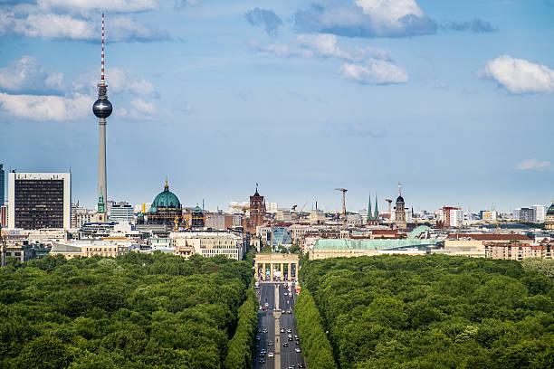 ベルリン街並みの stra ß e des 17 ます。17 juni (6 月の通り) - グローサーシュテルン広場 ストックフォトと画像