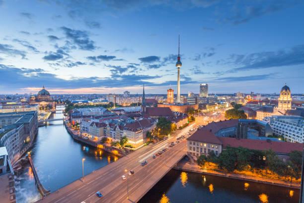 berliner skyline mit spree entlang in der nacht, deutschland - nikolaiviertel stock-fotos und bilder