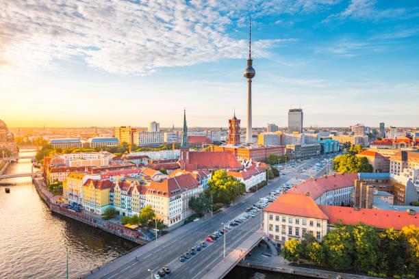 berliner skyline mit spree fluss bei sonnenuntergang, deutschland - berliner fernsehturm stock-fotos und bilder