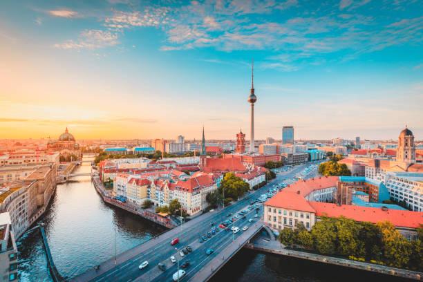 Berliner Skyline mit Spree Fluss bei Sonnenuntergang, Deutschland – Foto