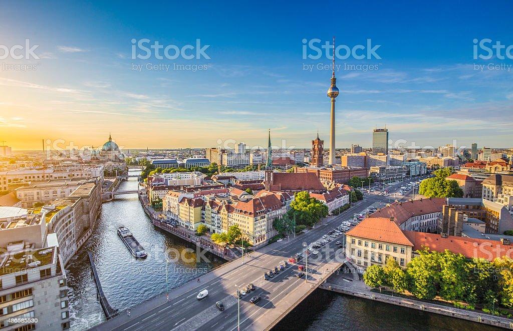 Berlin skyline mit Spree bei Sonnenuntergang, Deutschland – Foto