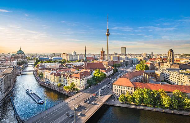 berlinie panoramę z rzeka sprewa o zachodzie słońca, niemcy - niemcy zdjęcia i obrazy z banku zdjęć