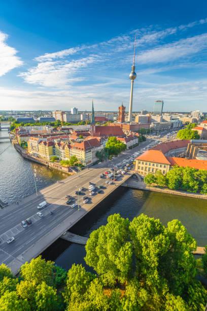 berlin skyline mit spree bei sonnenuntergang, deutschland - nikolaiviertel stock-fotos und bilder