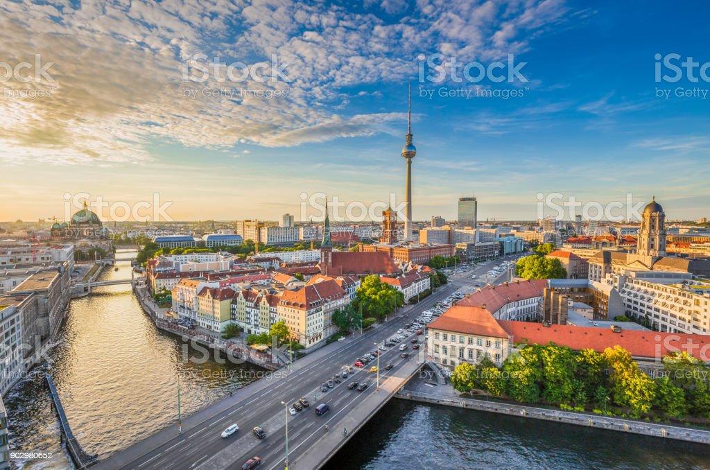 La ville de Berlin avec rivière Spree au coucher du soleil, en Allemagne - Photo