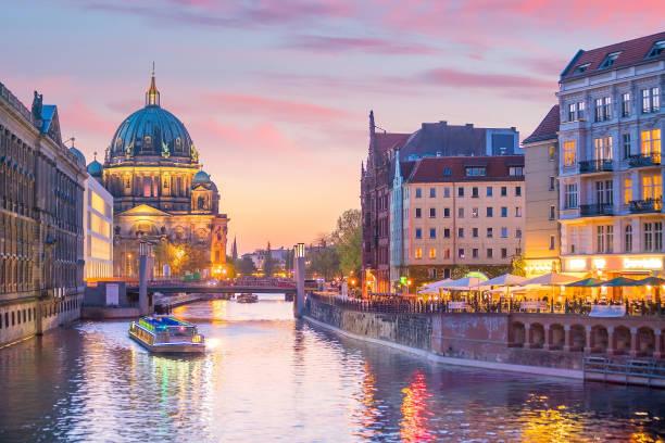 Skyline de Berlim com Rio do Spree no crepúsculo do por do sol - foto de acervo