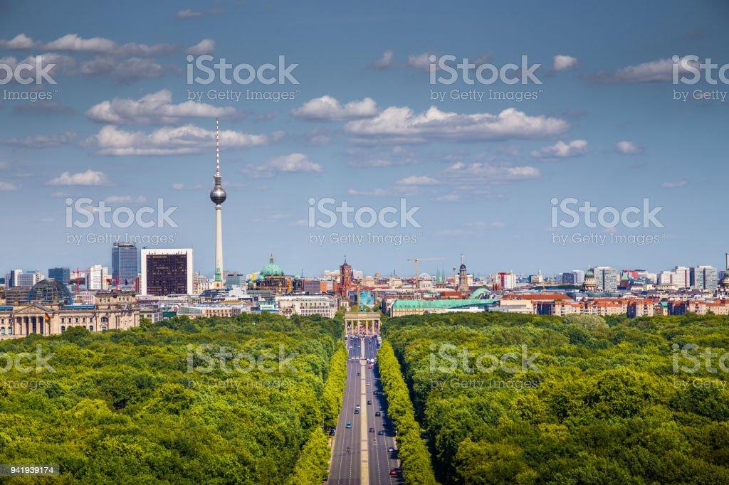 Skyline von Berlin, Tiergarten im Sommer, Deutschland – Foto