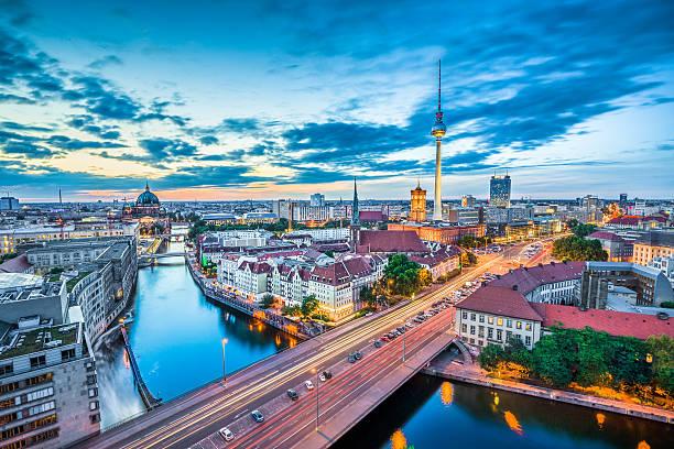 berlin skyline mit tv tower in der dämmerung, deutschland - nikolaiviertel stock-fotos und bilder